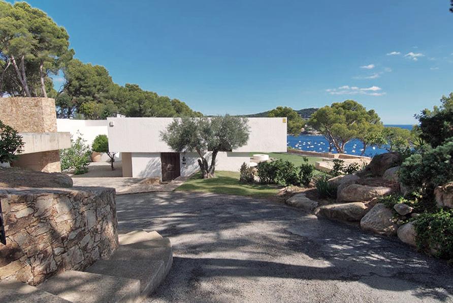 Road access of Raventos House in Calella by Antonio Bonet Castellana